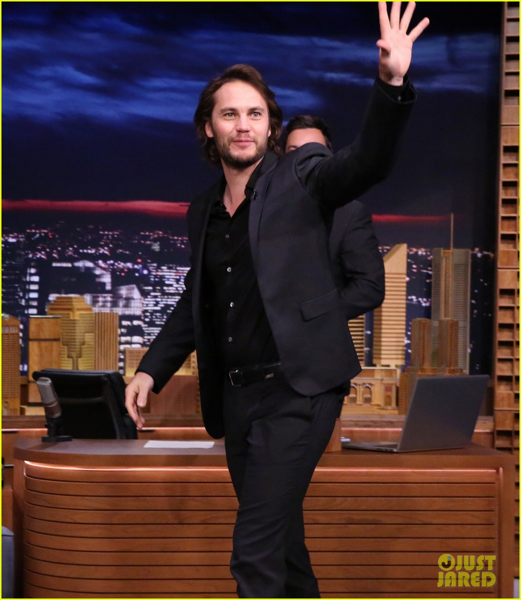 taylor kitsch plays slapshot with jimmy fallon on the tonight show 073113049