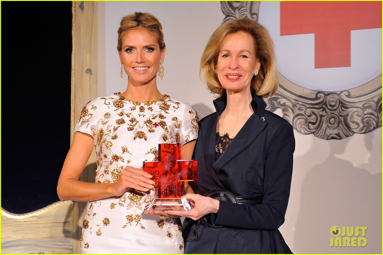 heidi klum american red cross crystal cross award 143116432