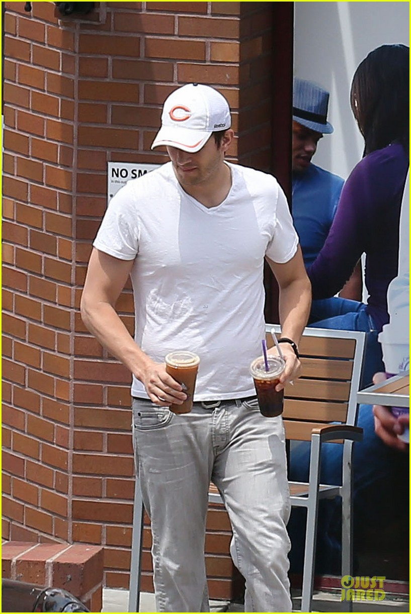 ashton kutcher sweet saturday sans mila kunis 023104741