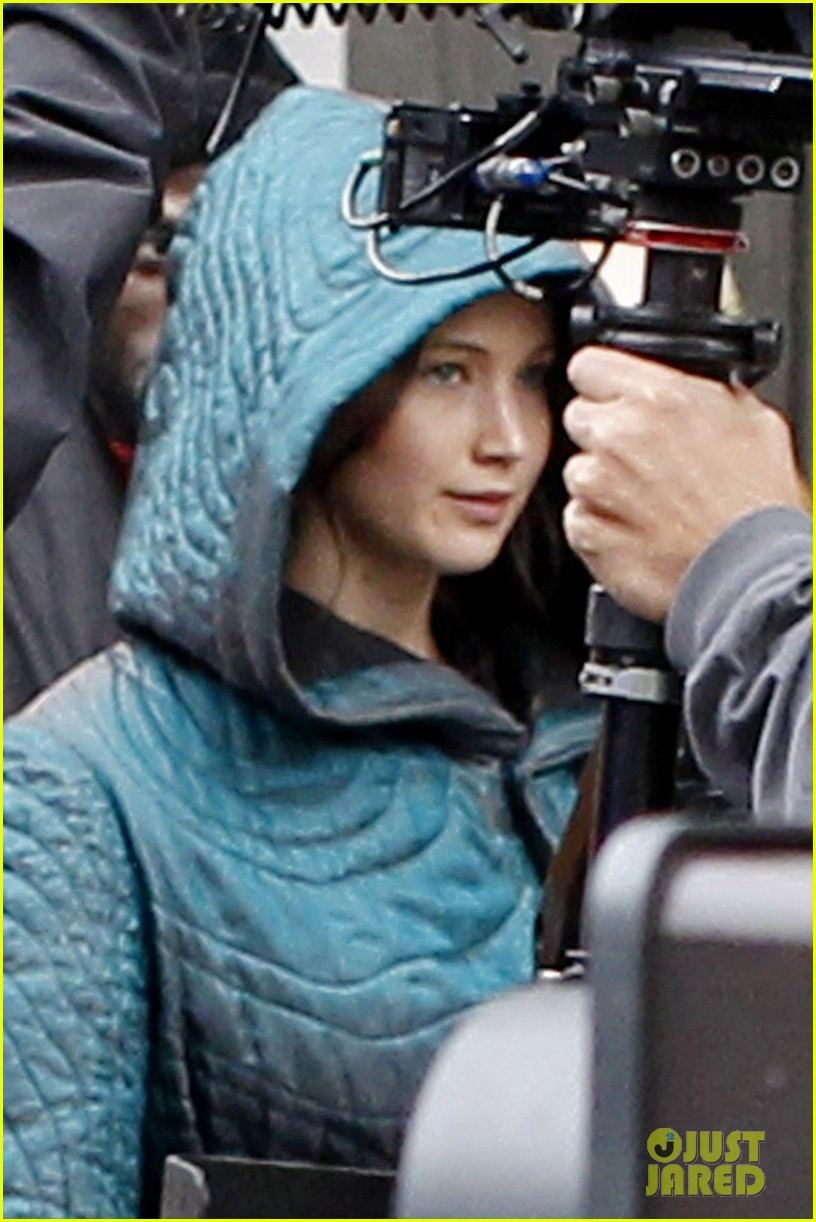 jennifer lawrence covers up her costume for hunger games 04