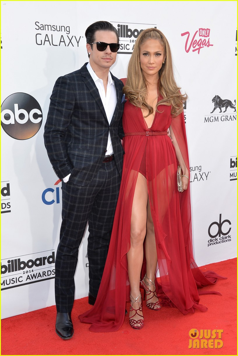 jennifer lopez casper smart billboard music awards 2014 red carpet 05