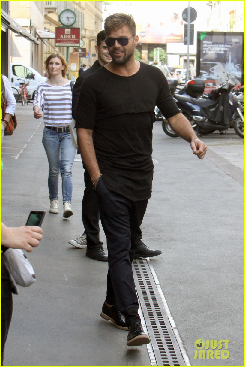 ricky martin gives lots of love to his fans 043123807
