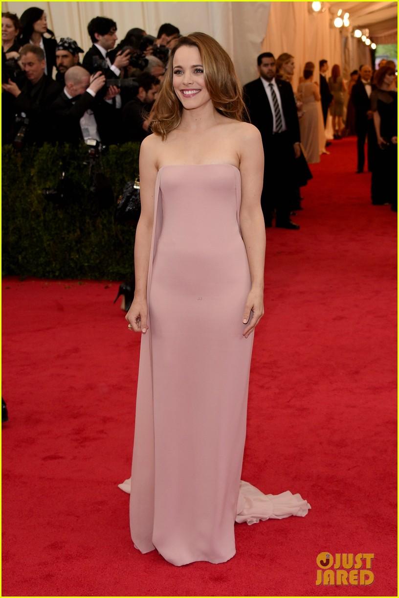 rachel mcadams goes pale pink on the met ball 2014 red carpet 01