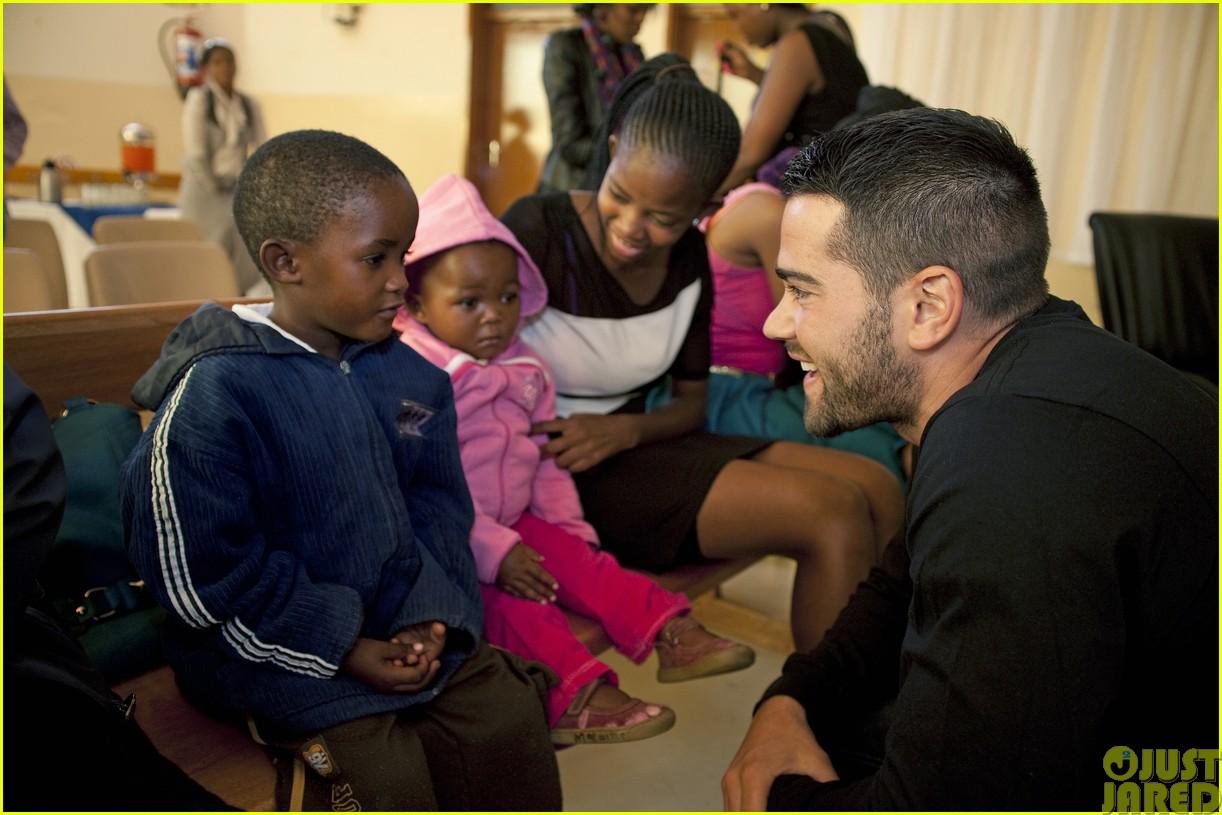 jesse metcalfe and cara santana take a trip to africa for unicef09