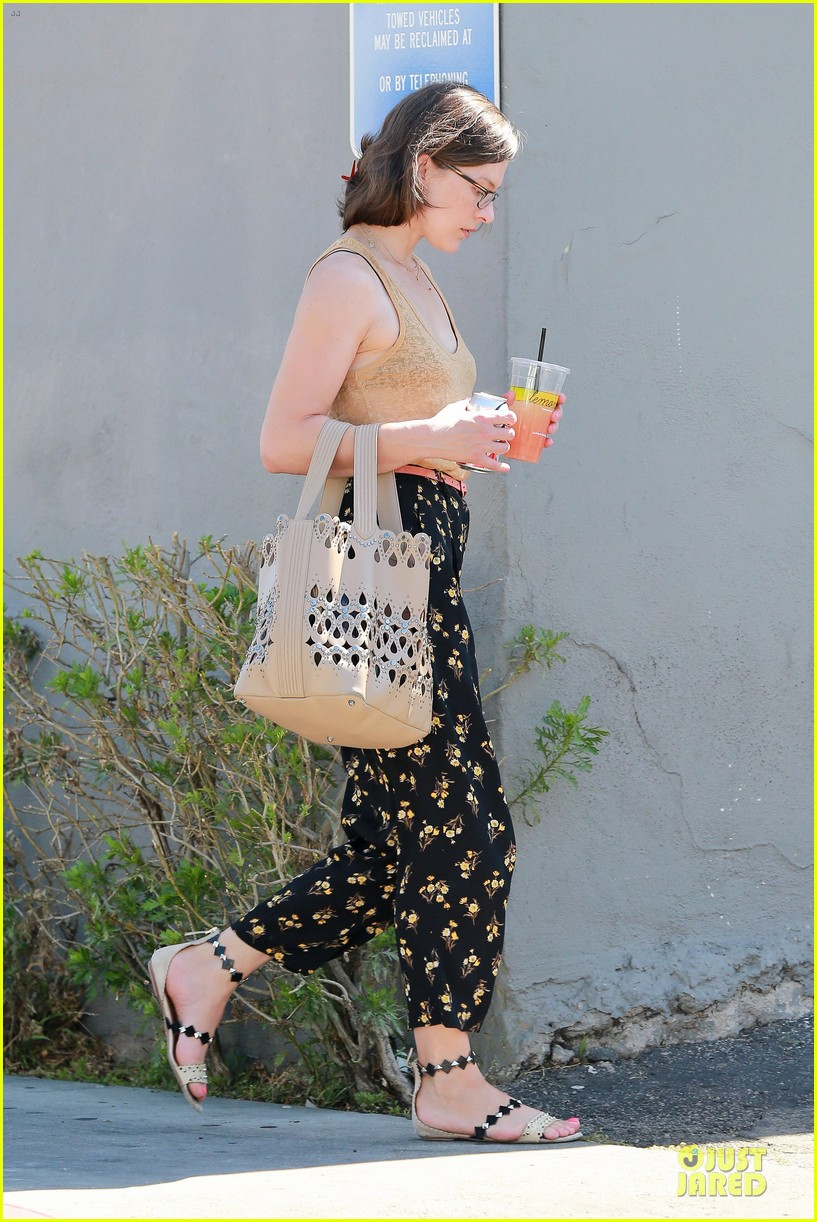 mila jovovich beats heat with lemonade 05