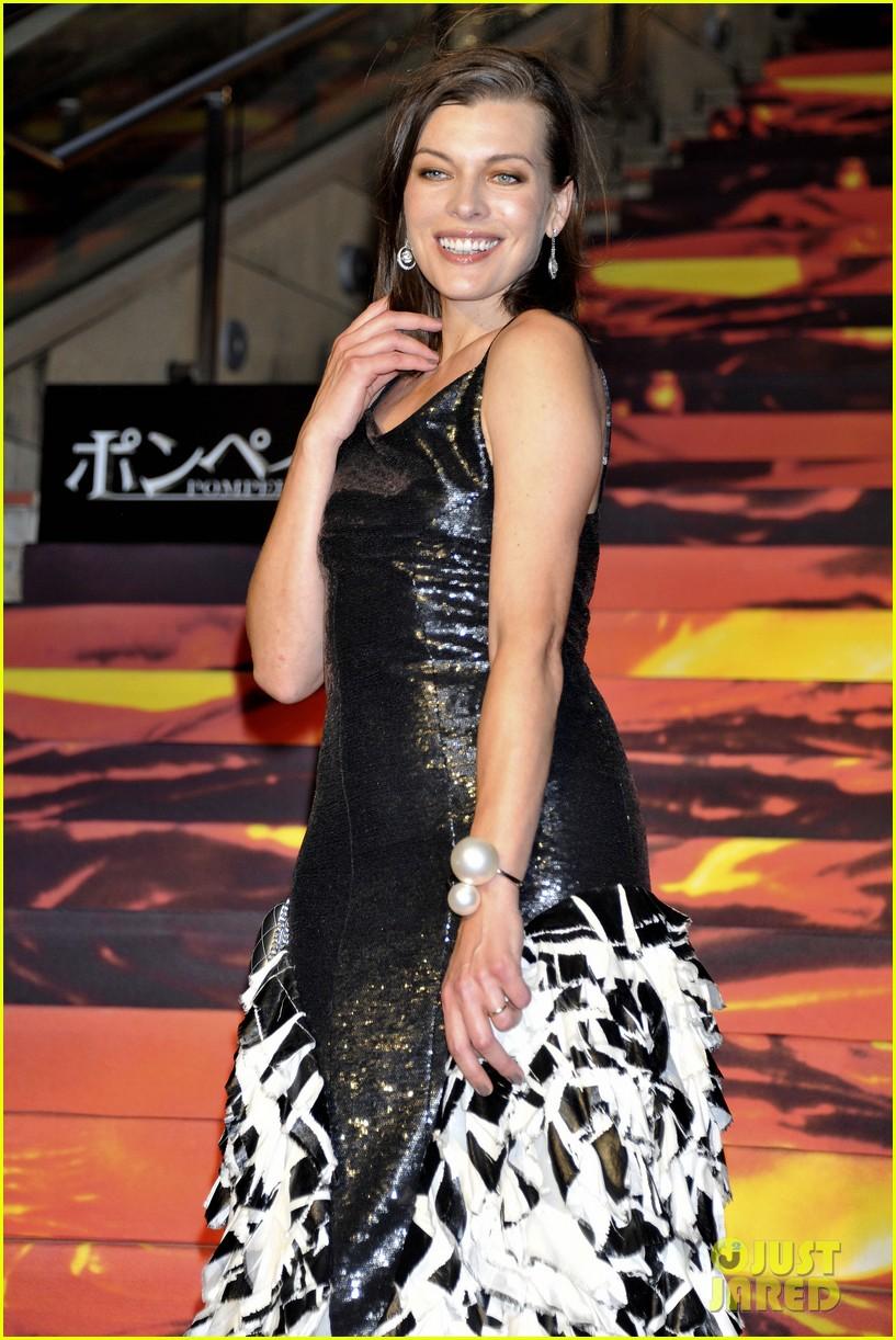 milla jovovich supports hubby pompeii premiere tokyo 05