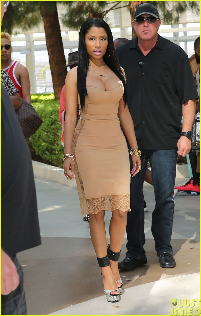 nicki minaj plays host at the liquid pool lounge06