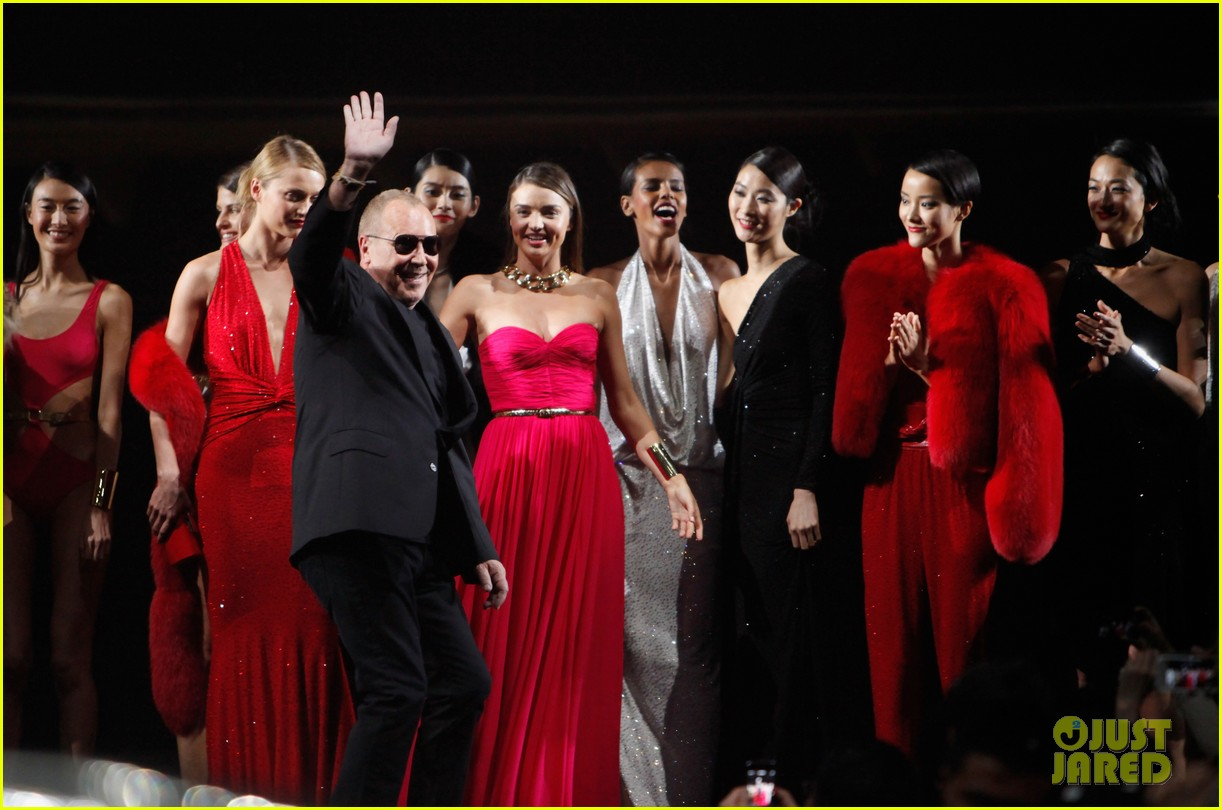 miranda kerr is hot pink bombshell at michael kors fashion show 043109590