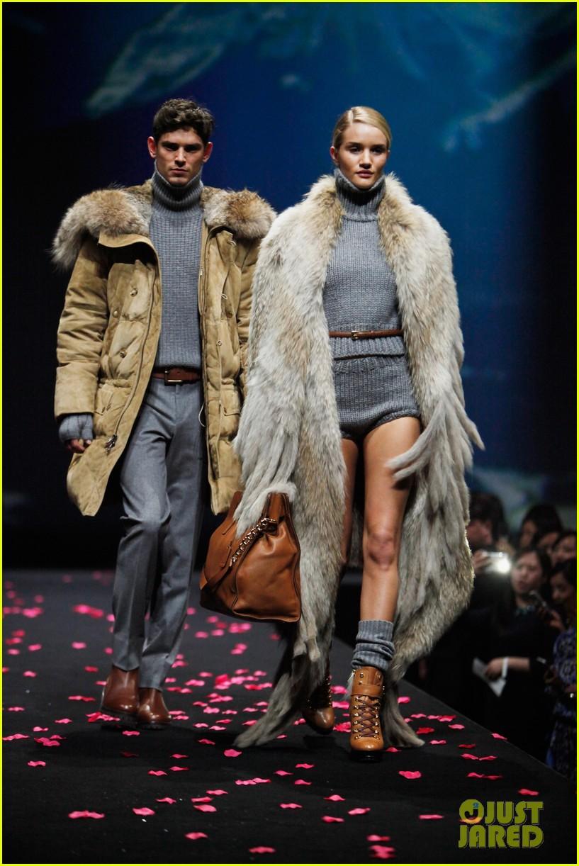 miranda kerr is hot pink bombshell at michael kors fashion show 04a