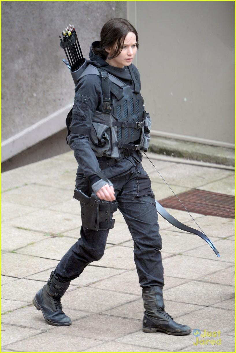 jennifer josh sam liam mockingjay combat wear 01