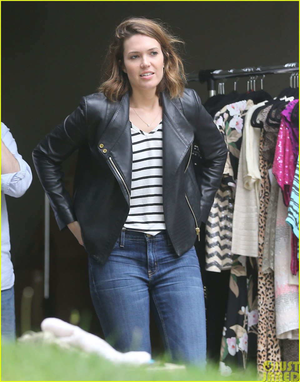 mandy moore lets her friend convince her to go to a yard sale07