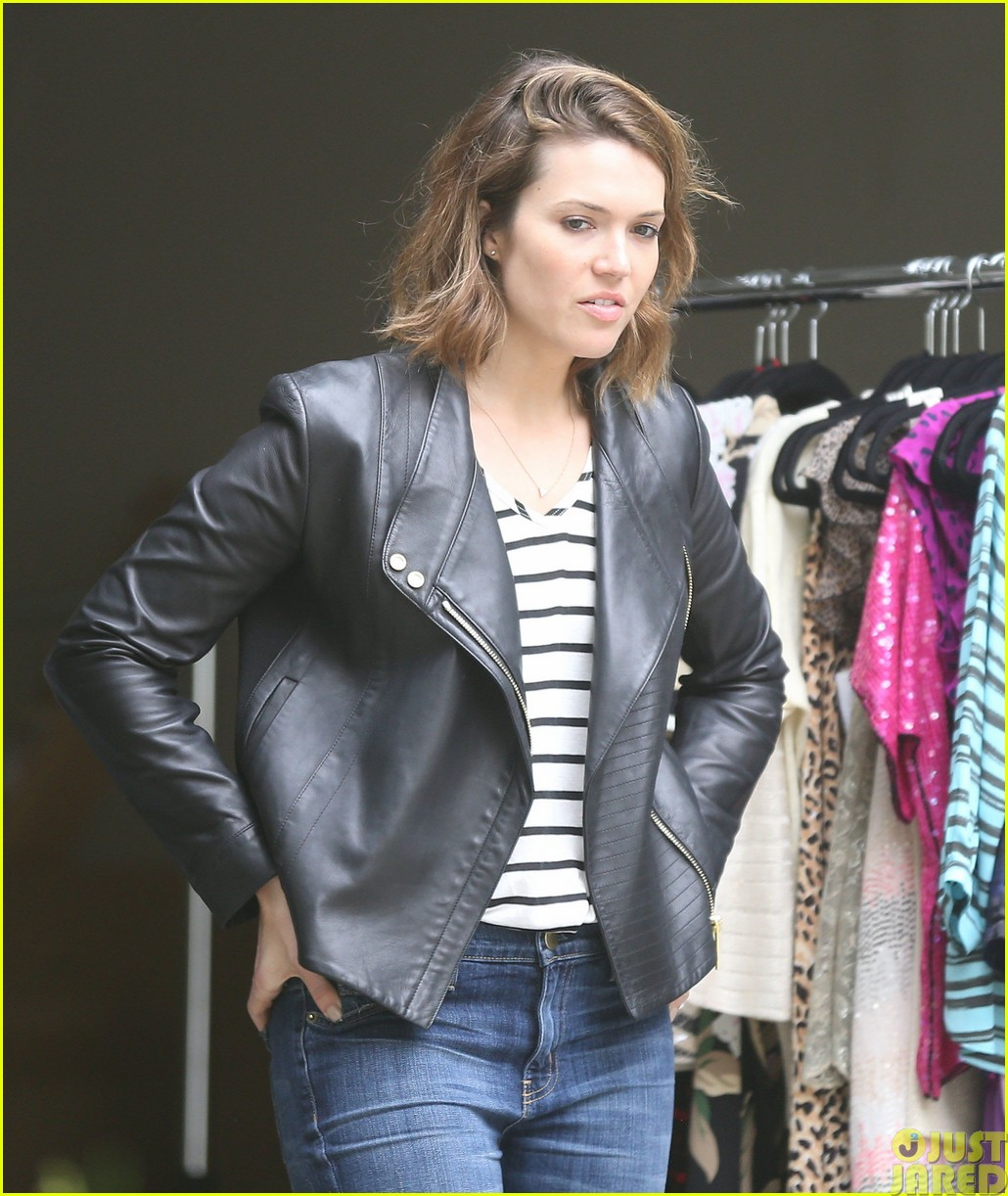 mandy moore lets her friend convince her to go to a yard sale16