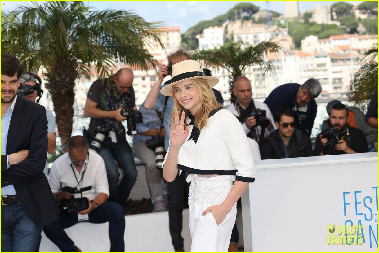 chloe moretz juliette binoche cannes clouds of sils maria photo call 04