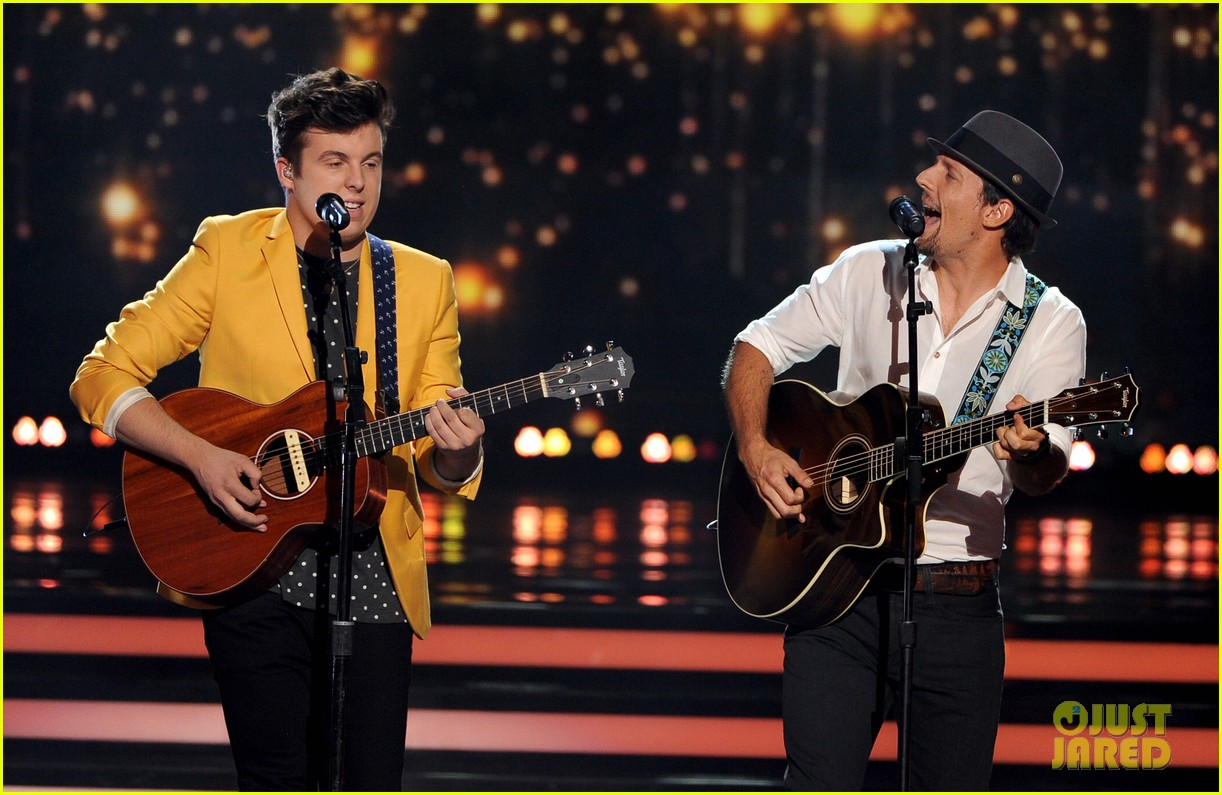 jason mraz joins alex preston for idol finale performance 06