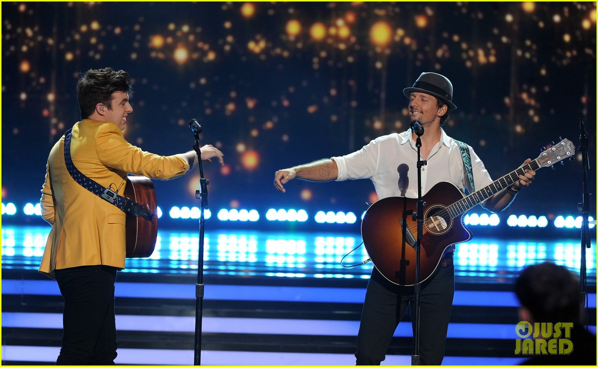 jason mraz joins alex preston for idol finale performance 08