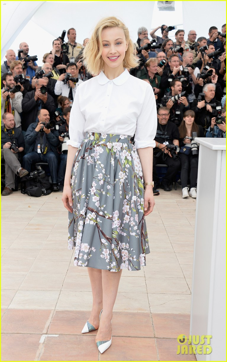 robert pattinson joins julianne moore mia wasikowska at cannes maps to the stars photo call 01