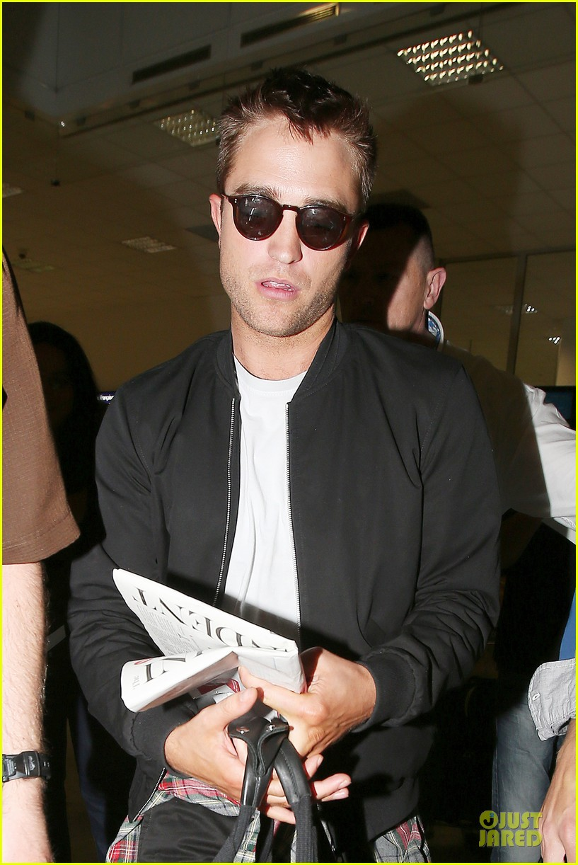 robert pattinson flies to nice for cannes 09