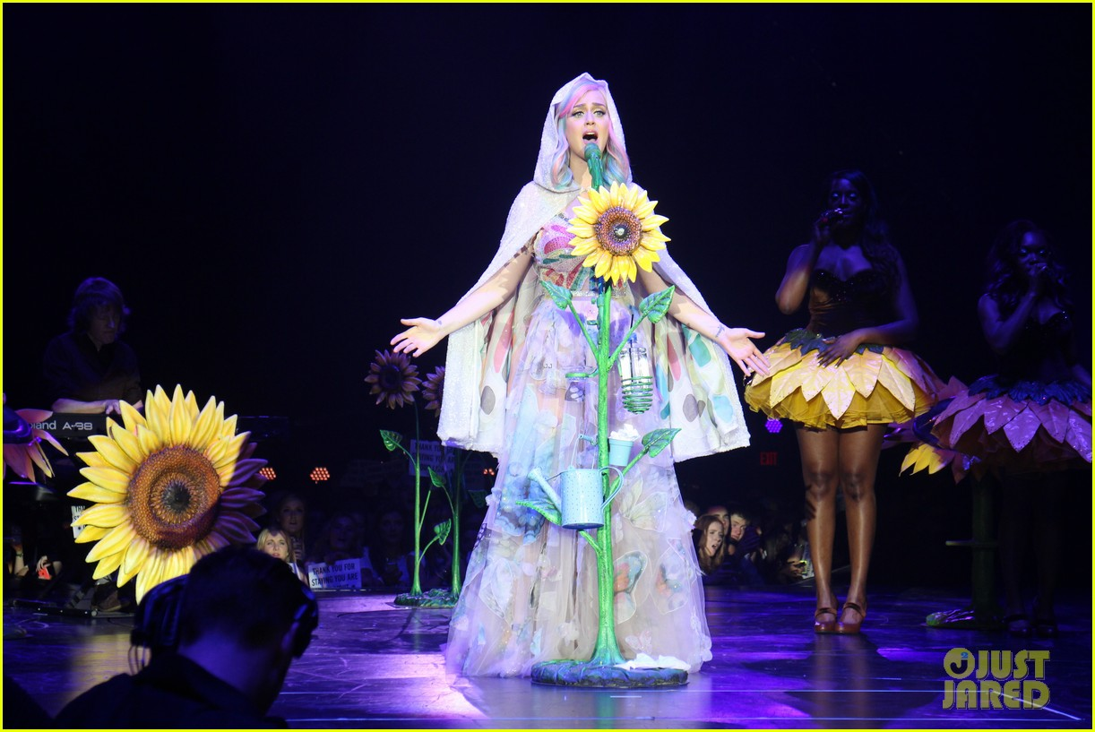 see all of katy perry crazy prismatic tour costumes here 23