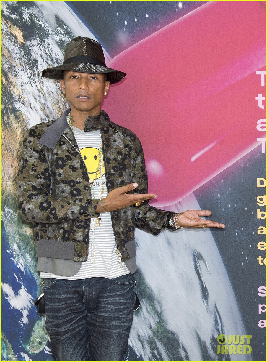 pharrell williams happy shirt paris art gallery opening 03