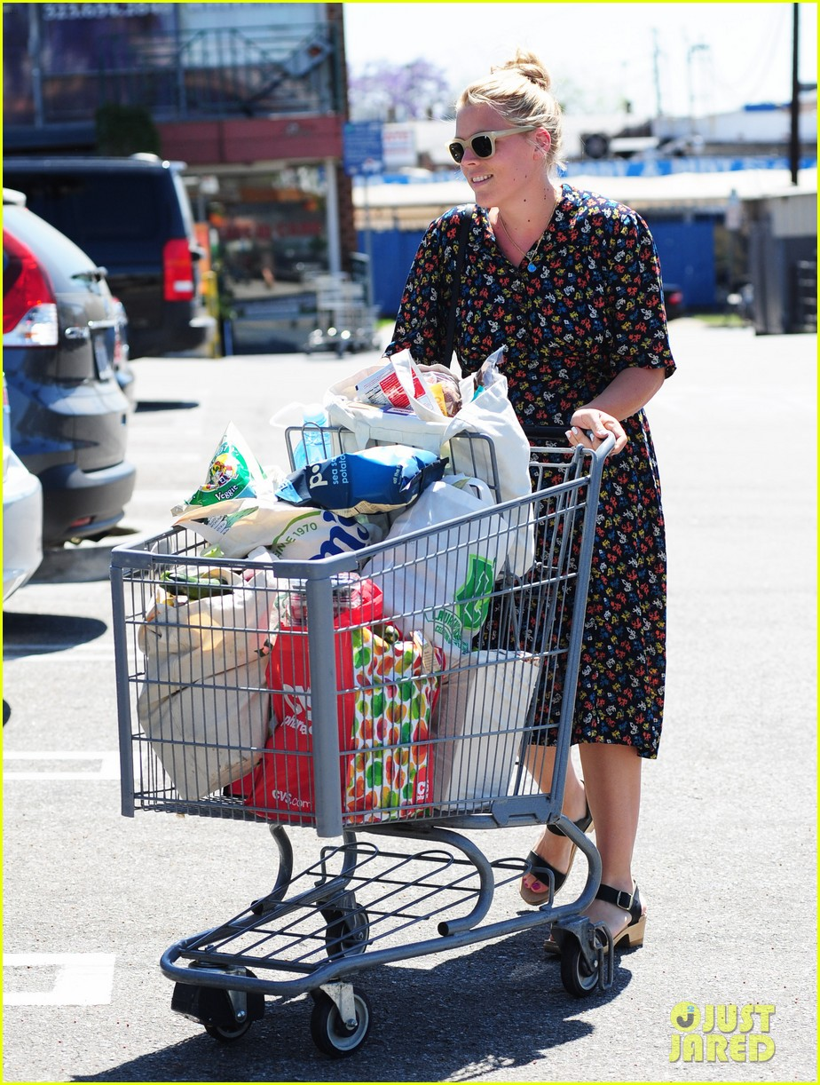 busy philipps cant keep from smiling after cougar town gets a renewal 16