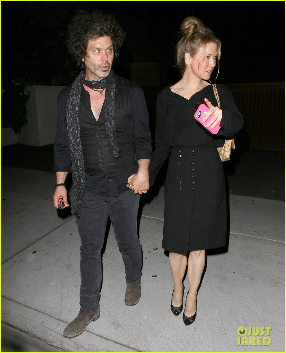 renee zellweger doyle bramhall iii hold hands 01