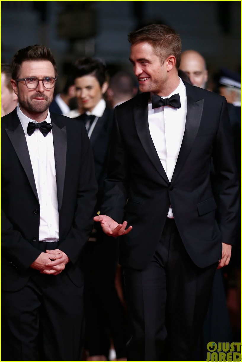 robert pattinson dons a dapper suit for the rover cannes premiere04