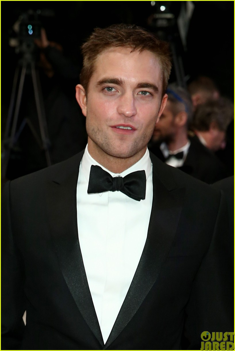 robert pattinson dons a dapper suit for the rover cannes premiere07