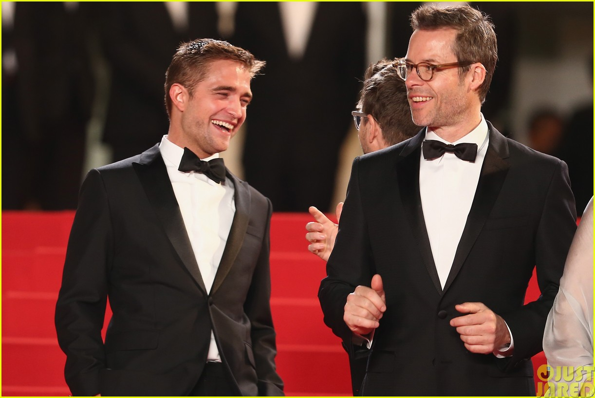 robert pattinson dons a dapper suit for the rover cannes premiere083116651
