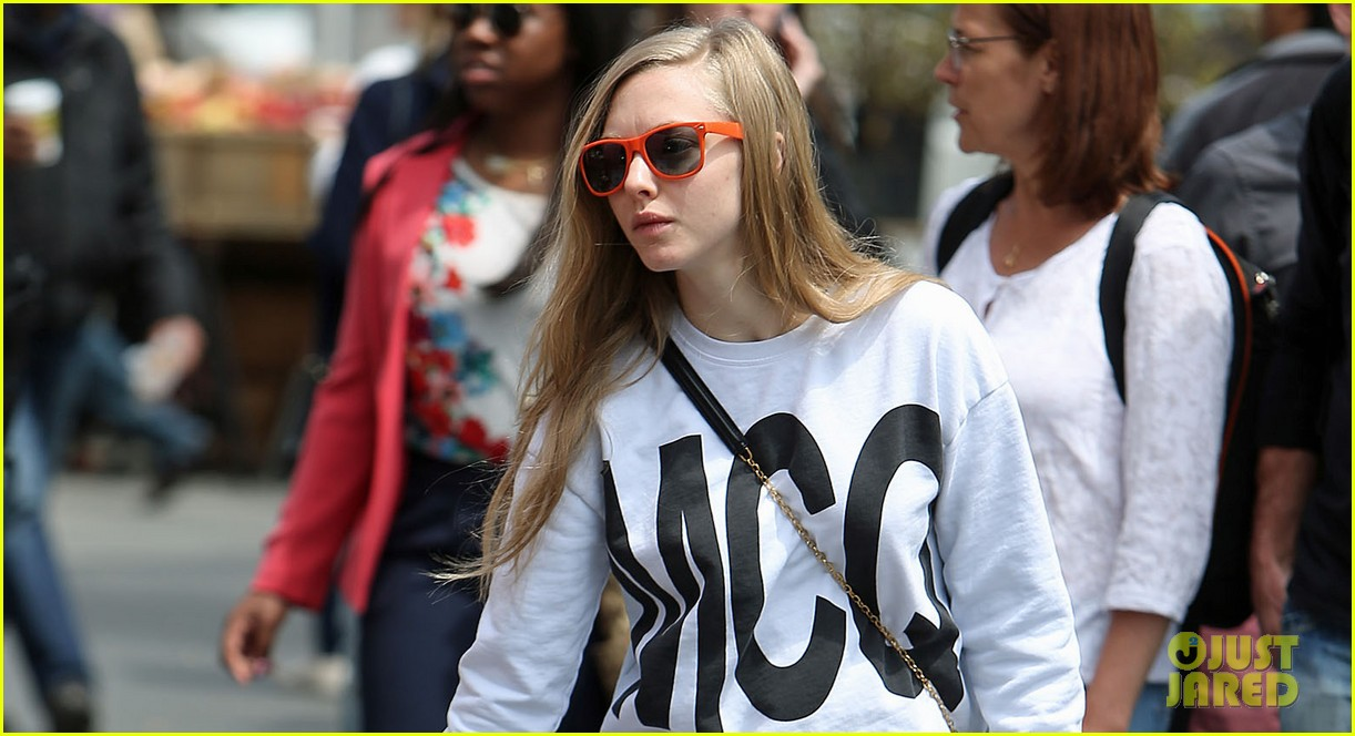 amanda seyfried is all about mcqueen on her dog walk 02