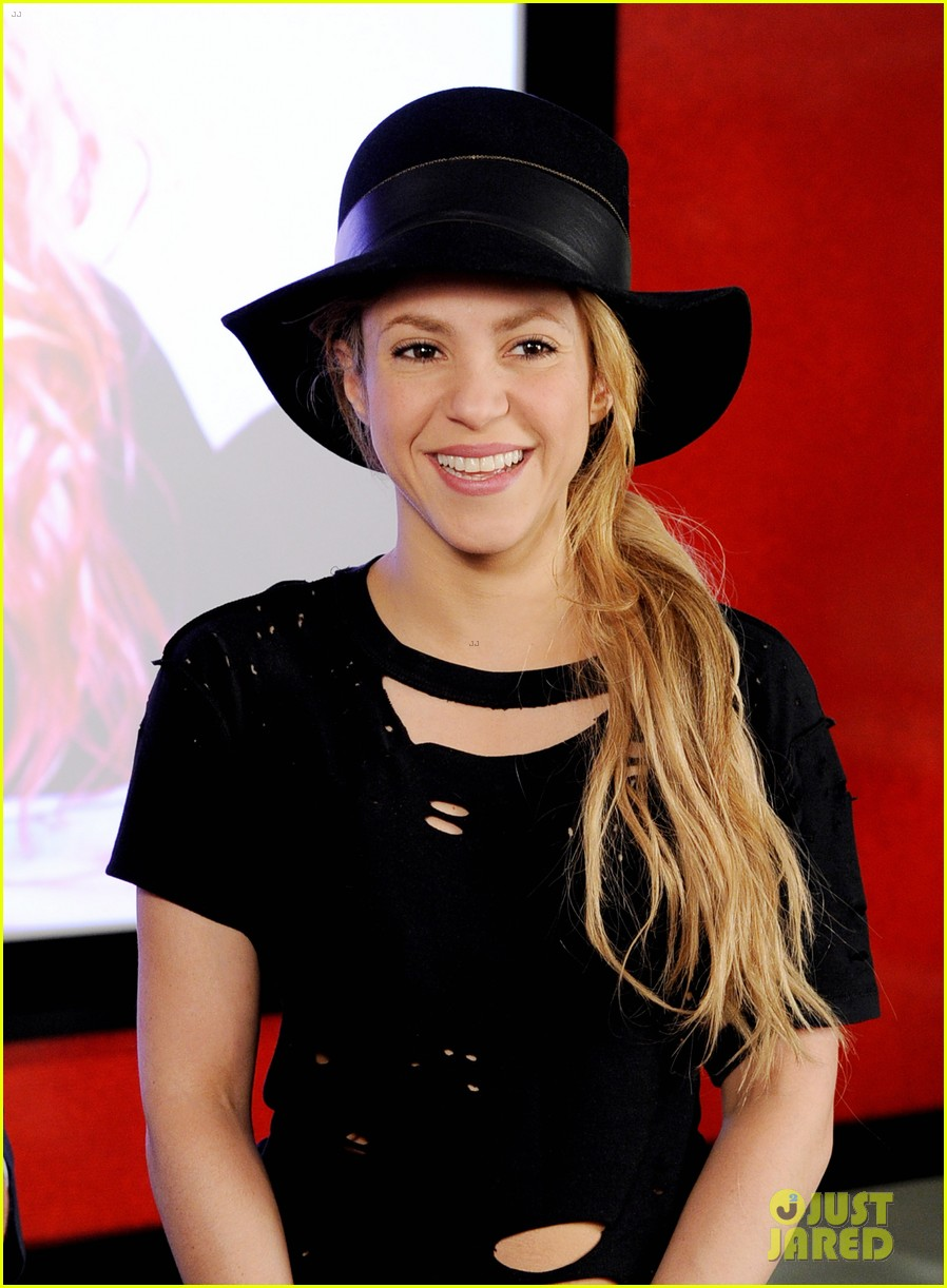 shakira performs new song the one thing on the voice 18