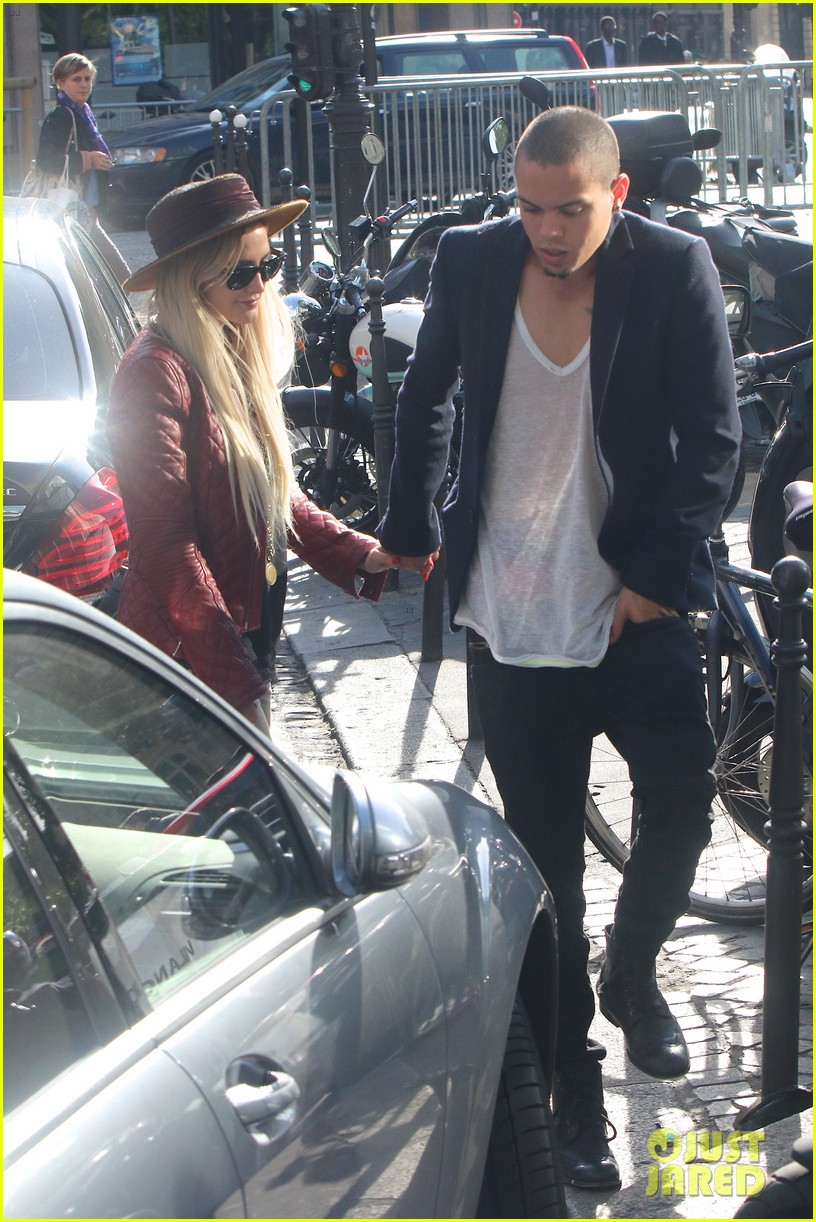 ashlee simpson joins fiance evan ross in paris for mockingjay 08