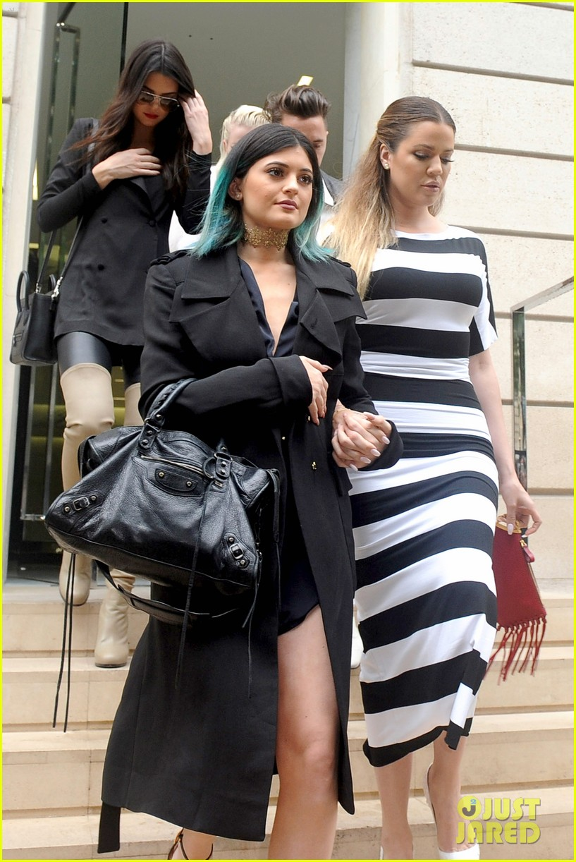 kardashian ladies snap selfies on glamorous shopping trip 073118979