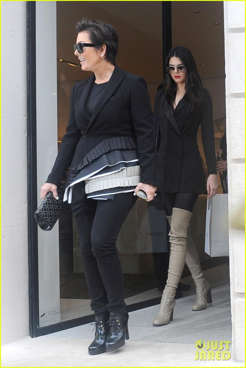 kardashian ladies snap selfies on glamorous shopping trip 113118983