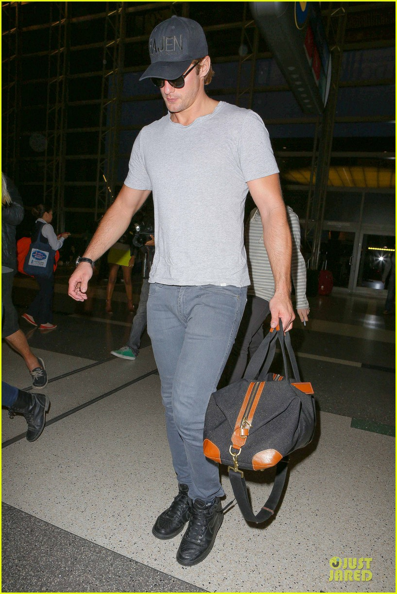 alexander skarsgard packs light lax departure 033120310