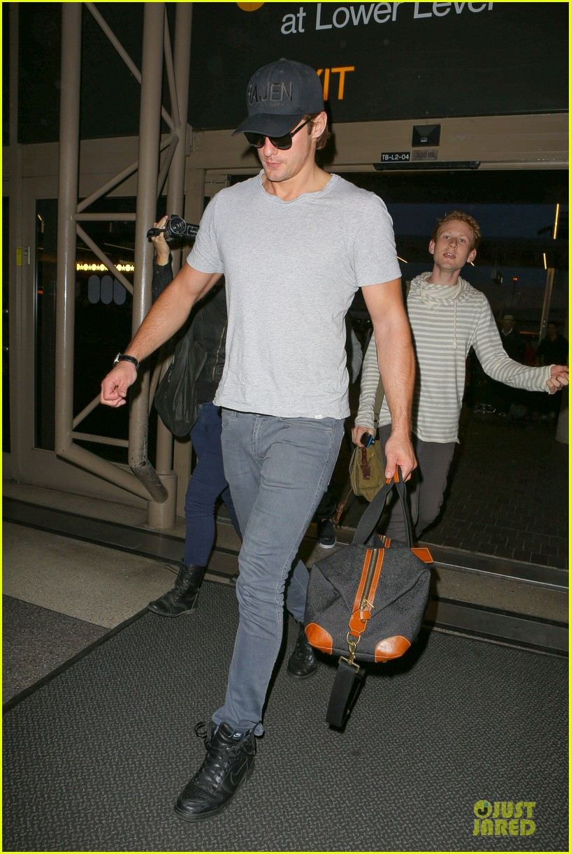 alexander skarsgard packs light lax departure 103120317