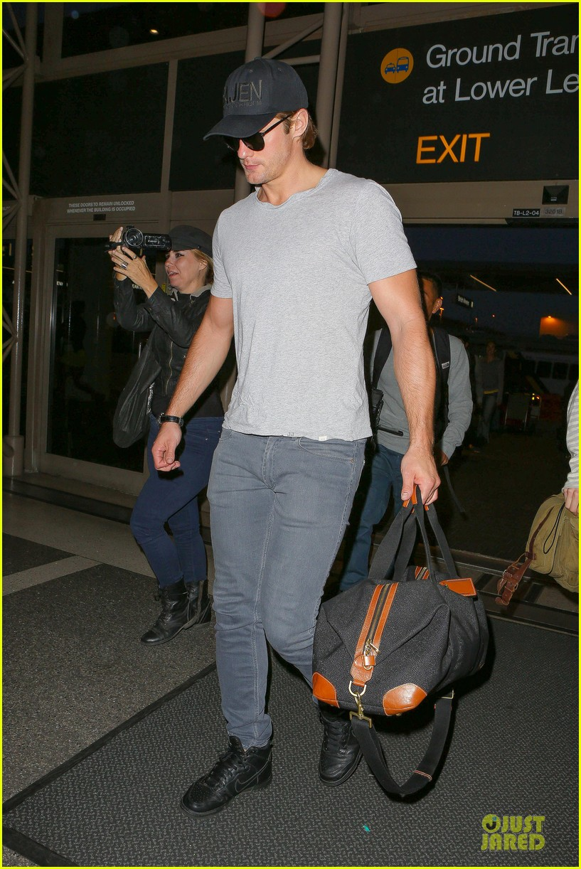 alexander skarsgard packs light lax departure 12