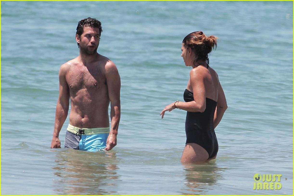 jessica szohr beach boyfriend 01