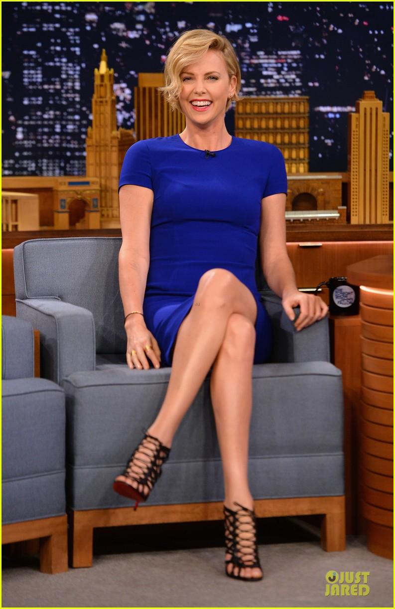 charlize theron josh harnett play charades on tonight show 07
