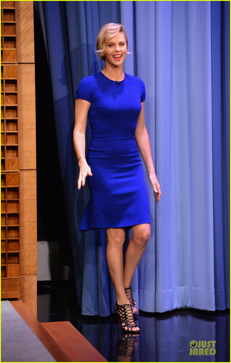 charlize theron josh harnett play charades on tonight show 08