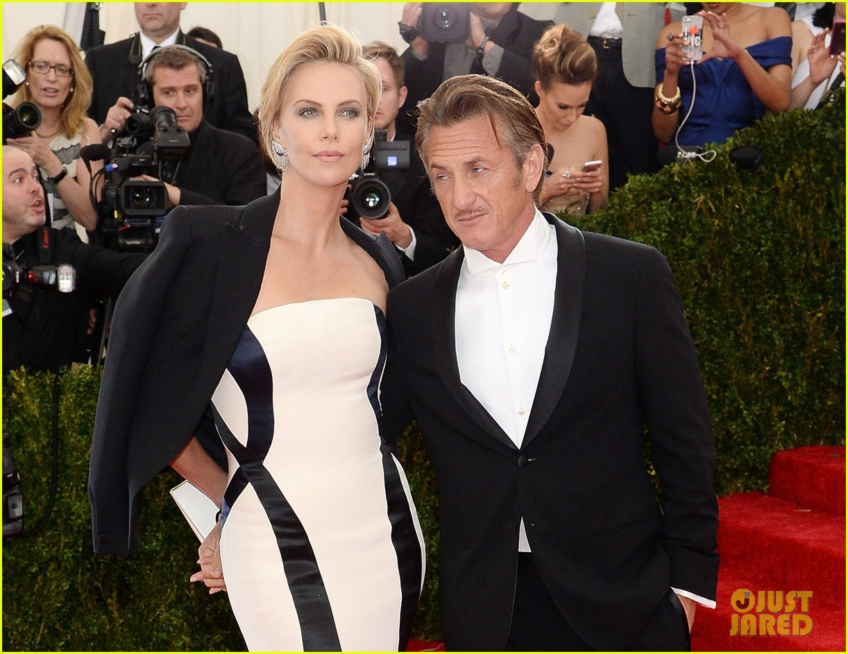 charlize theron sean penn walk met ball 2014 red carpet together 02