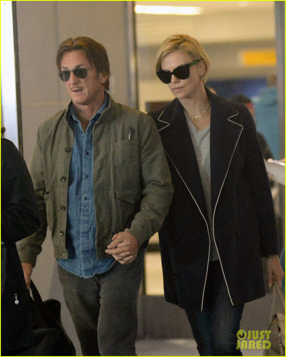 charlize theron sean penn hold hands upon new york arrival 063105560
