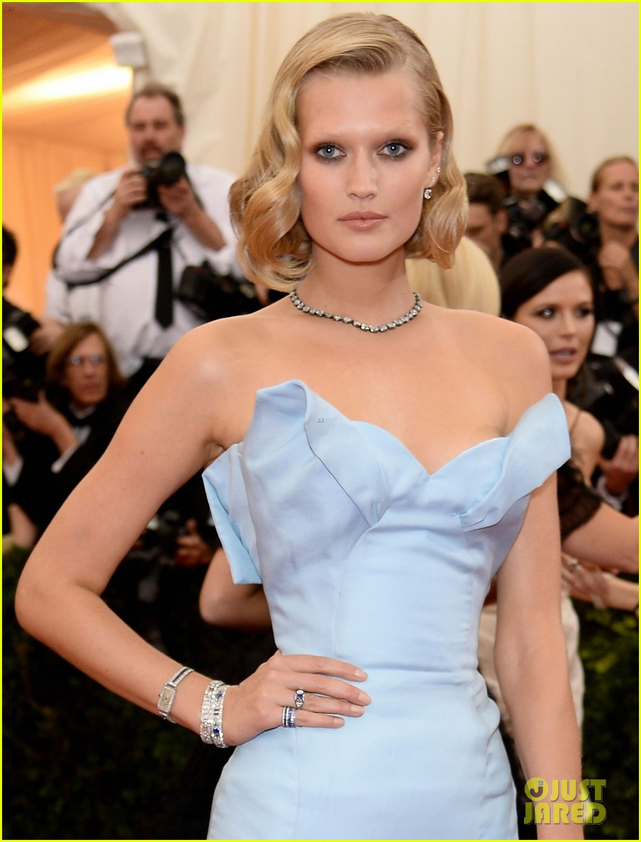 toni garrn met ball 2014 red carpet 013106305