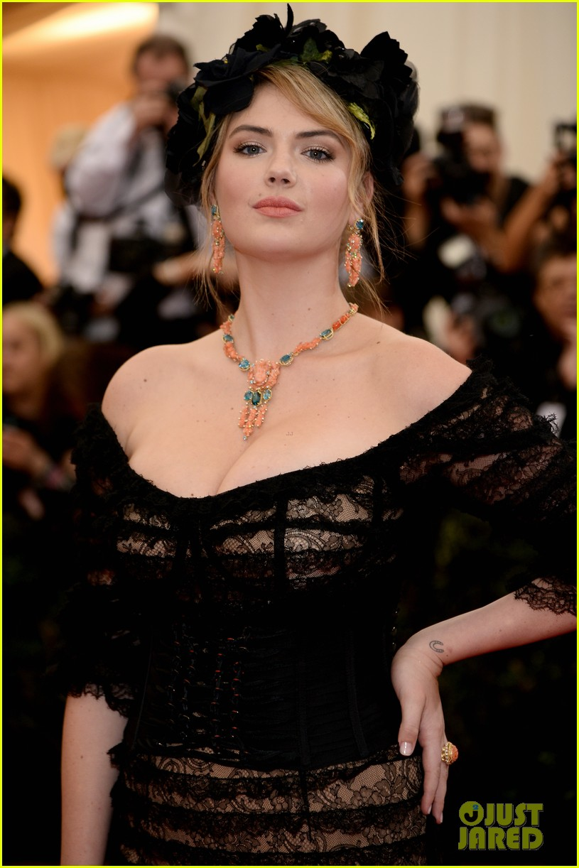 kate upton black floral headdress at met ball 2014 023106072