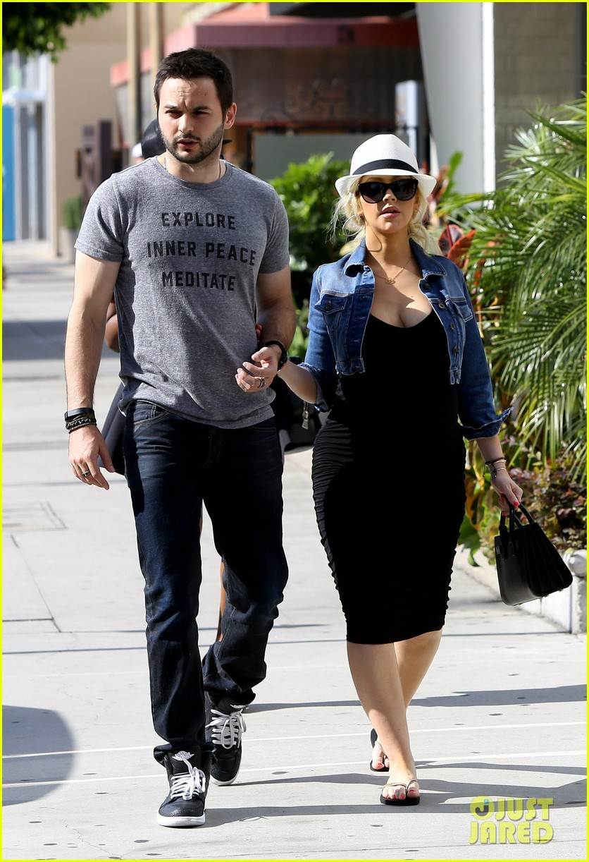pregnant christina aguilera reveals large baby bump 20