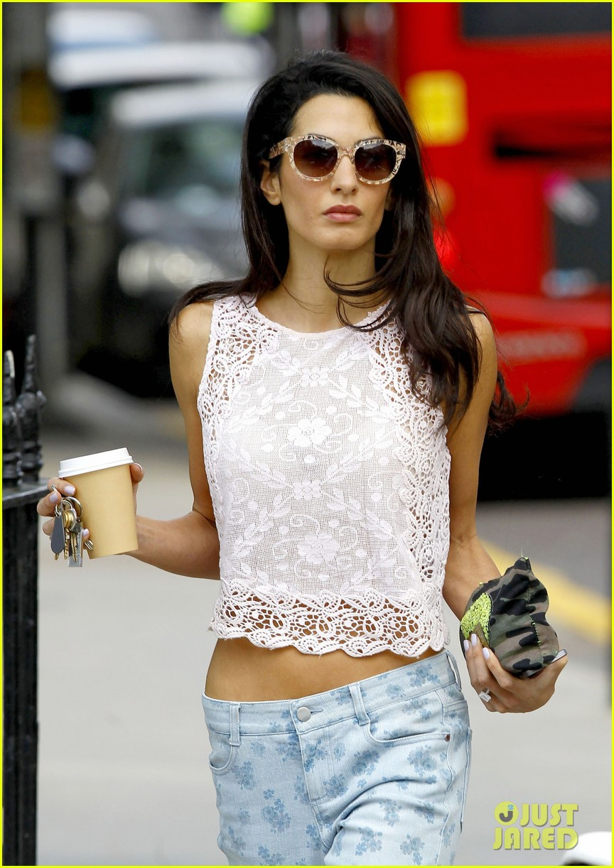 amal alamuddin displays her tiny waist 043134786