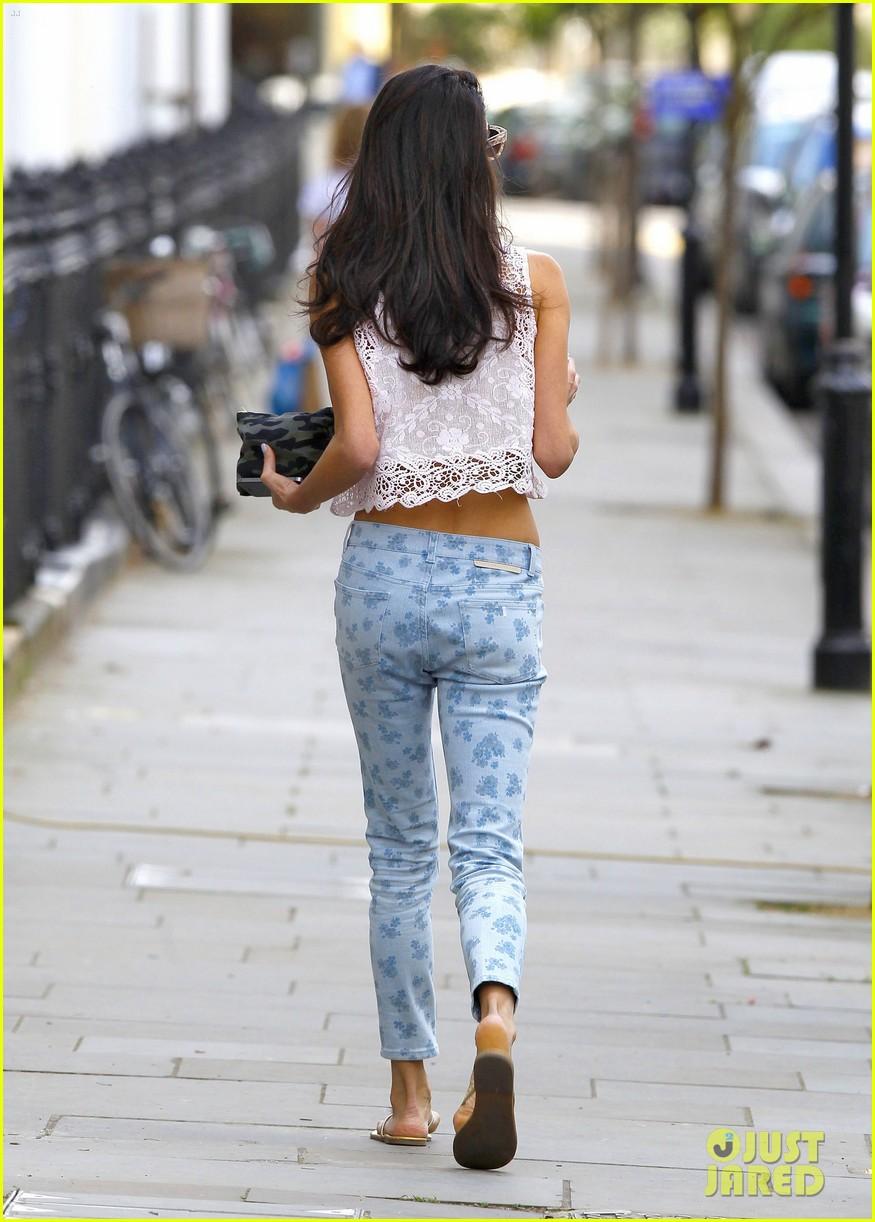 amal alamuddin displays her tiny waist 17