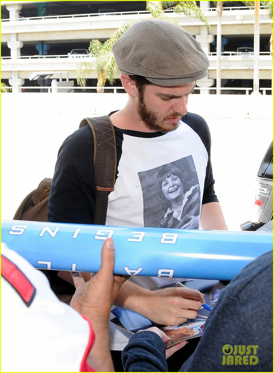 andrew garfield michael j fox shirt airport 02