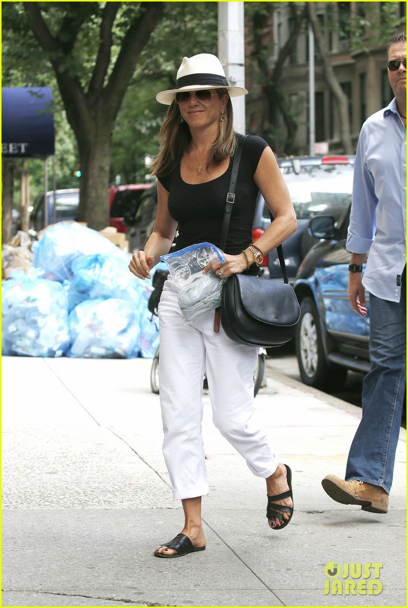jennifer aniston justin theroux have hot feet about wedding 013144719