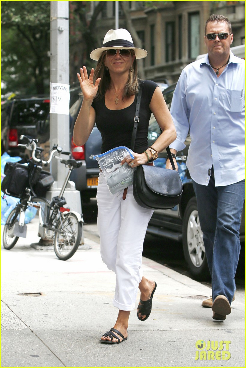 jennifer aniston justin theroux have hot feet about wedding 03