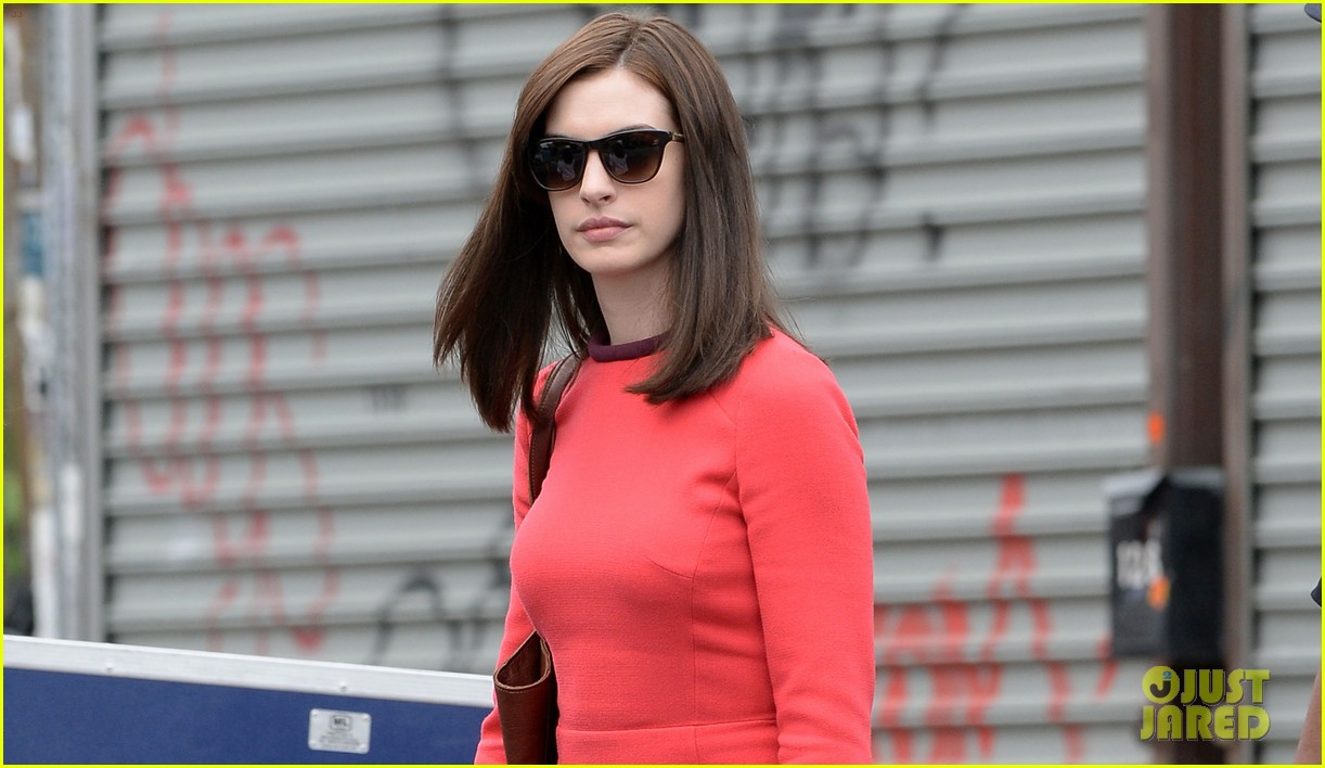 anne hathaway continues wearing long brunette wig 043144075